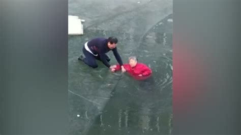 Watch: Good Samaritan smashes ice with bare hands to